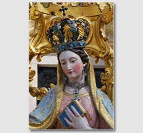 Volto e particolari della statua della Beata Vergine Maria all´interno del Santuario di Sommariva del Bosco